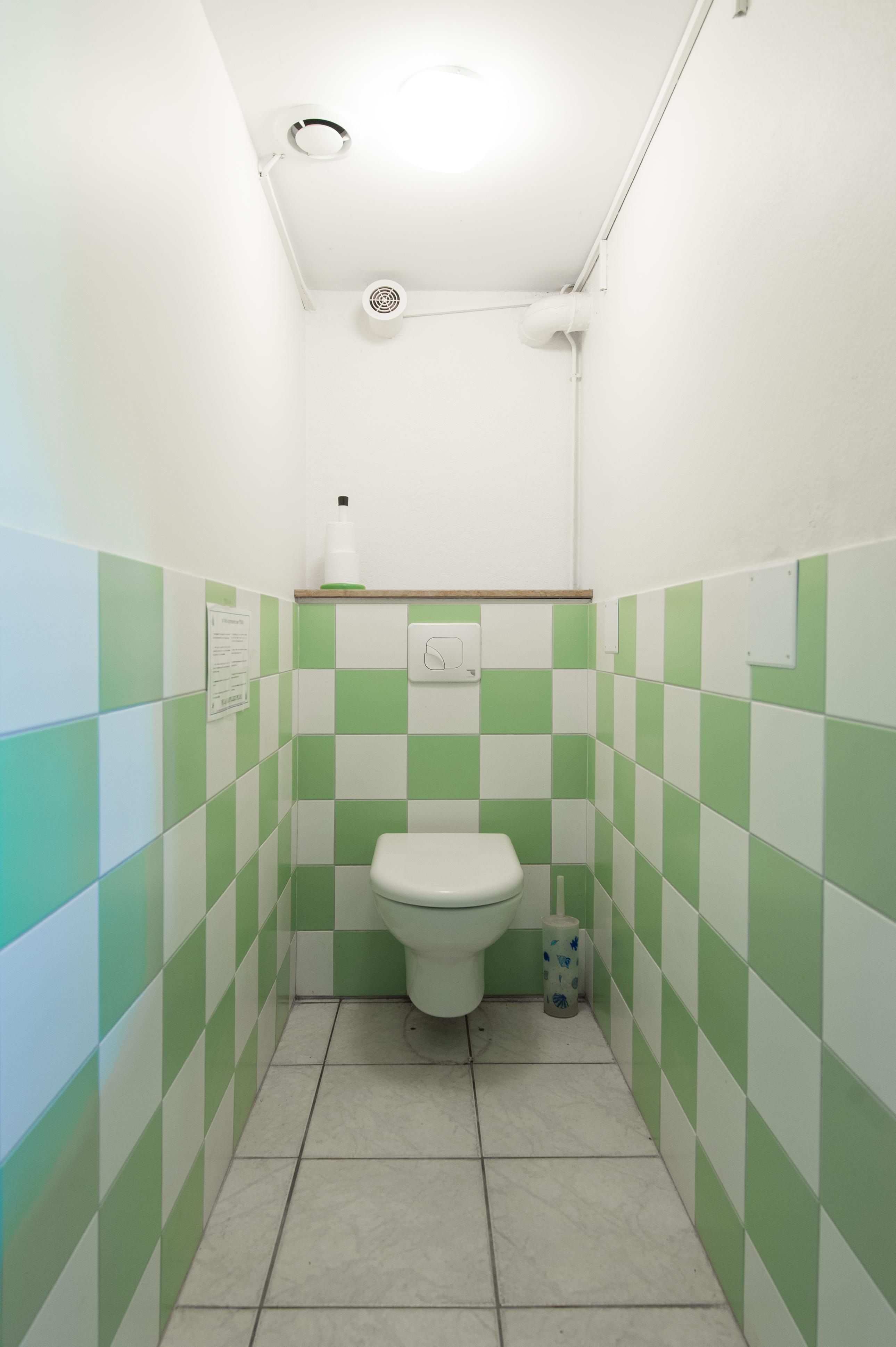 déco damier toilettes carrelage, ferme pédagogique